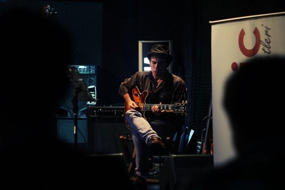 koncert-gurtu-secret-forest-ta-dzhazovogo-gitarista-bilal-karaman.jpg (73.77 Kb)