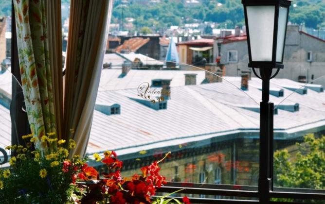 259361c8182ea5 Ресторан Валентино розташований в будинку-пам'ятці архітектури, в самому центрі  міста, поряд з Площею Ринок. Старовинні цегельні стелі у поєднанні з ...